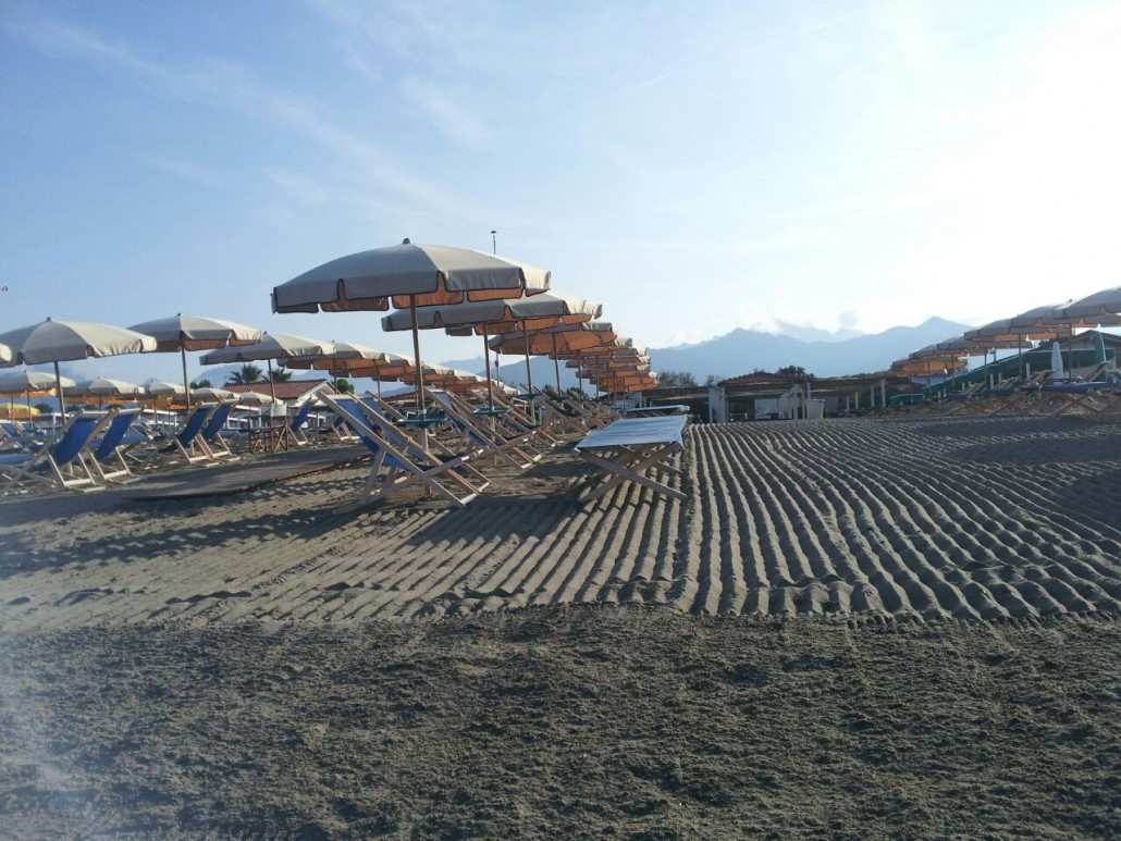 La spiaggia ombrelloni sdraie 2 bagno erika marina di massa - Bagno la cicala marina di massa ...